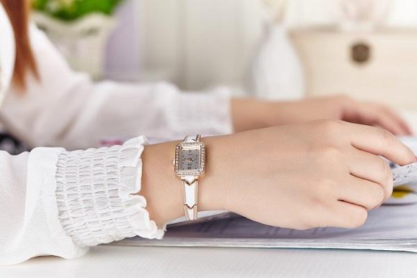 Đồng hồ dây đeo cứng nữ