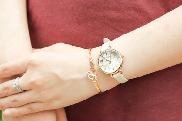 Nữ cổ tay nhỏ nên đeo đồng hồ gì cho phù hợp