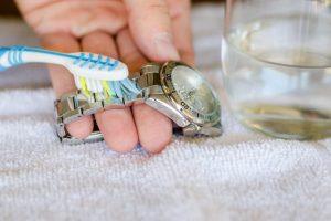Vệ sinh dây kim loại đồng hồ